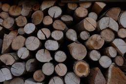 aufgestapelte Baumstumpfe