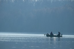 Boot mit Anglern auf Wasser
